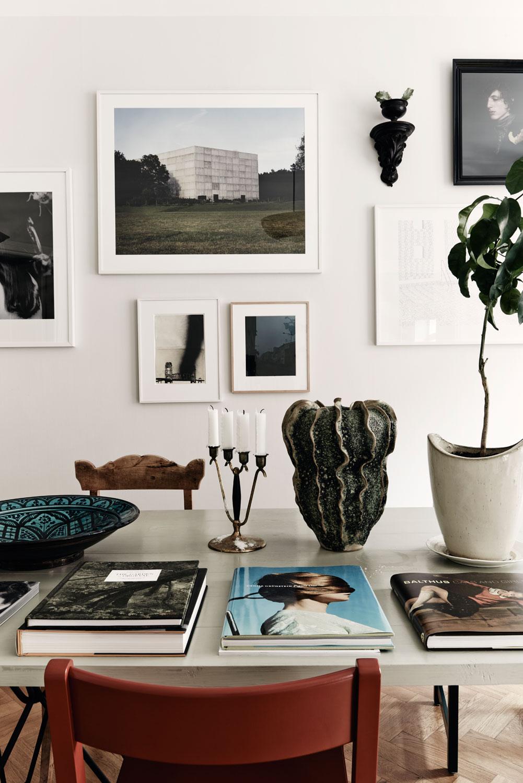 Gallery wall, green plants, wooden chair, coffee table book – Husligheter