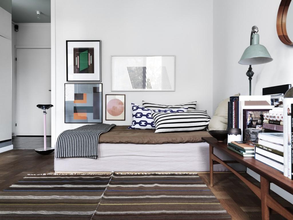 Day bed, vintage rug, art – Husligheter