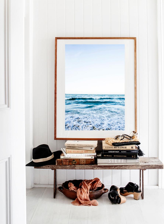 Urmysig hall med tavla med havsmotiv – Kara Rosenlund – Husligheter