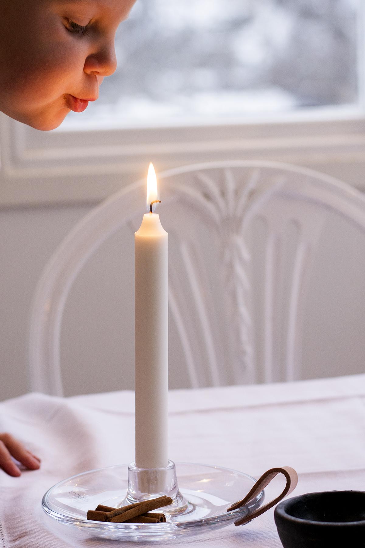 Tilda blåser ljus – foto Maria Soxbo – Husligheter