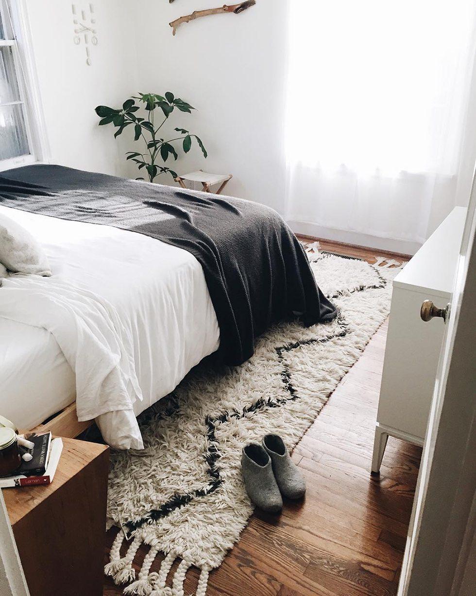 Snyggt sovrum med ryamatta och gröna växter – Husligheter