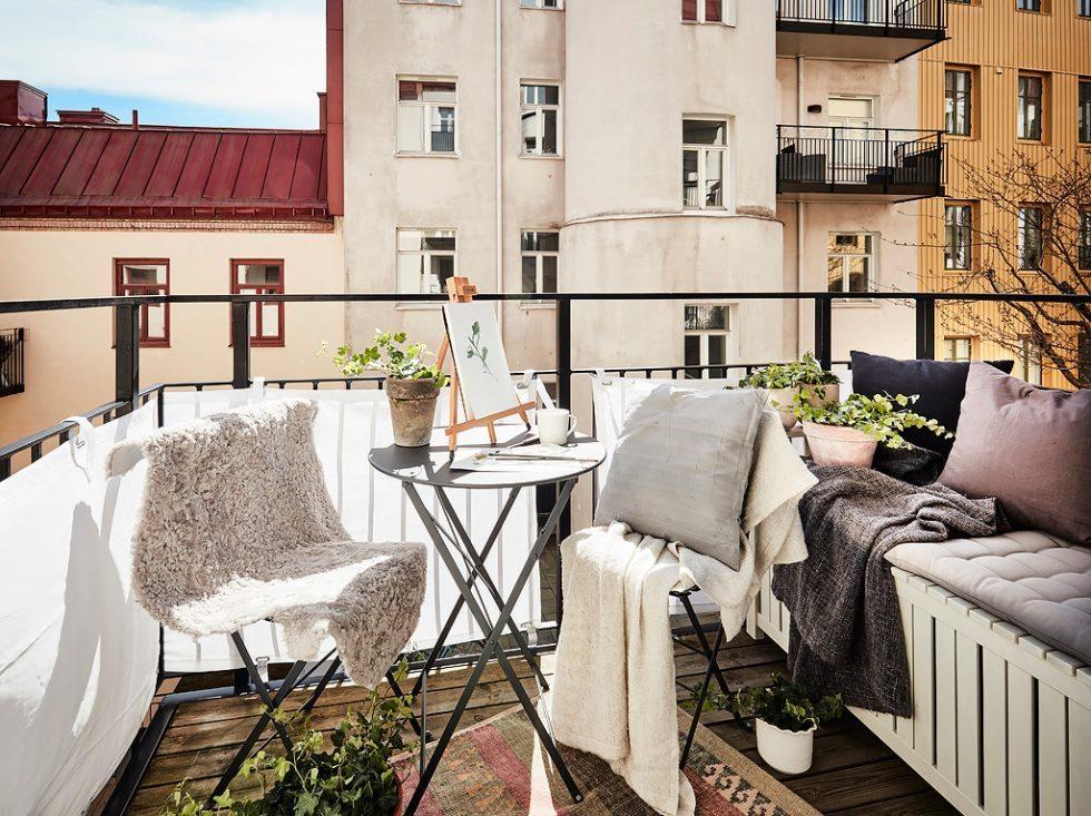 Förvaringsbänk på balkongen. Inspiration via Entrance – Husligheter