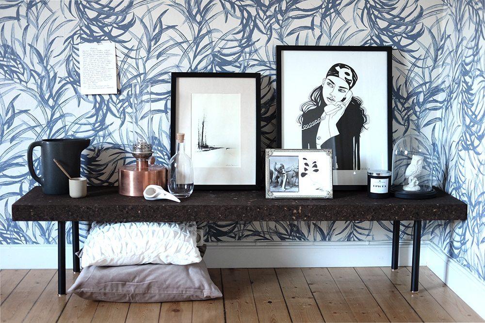 Sinnerlig soffbord i mörk kork av Ilse Crawford för IKEA och Flugger tapet – Husligheter