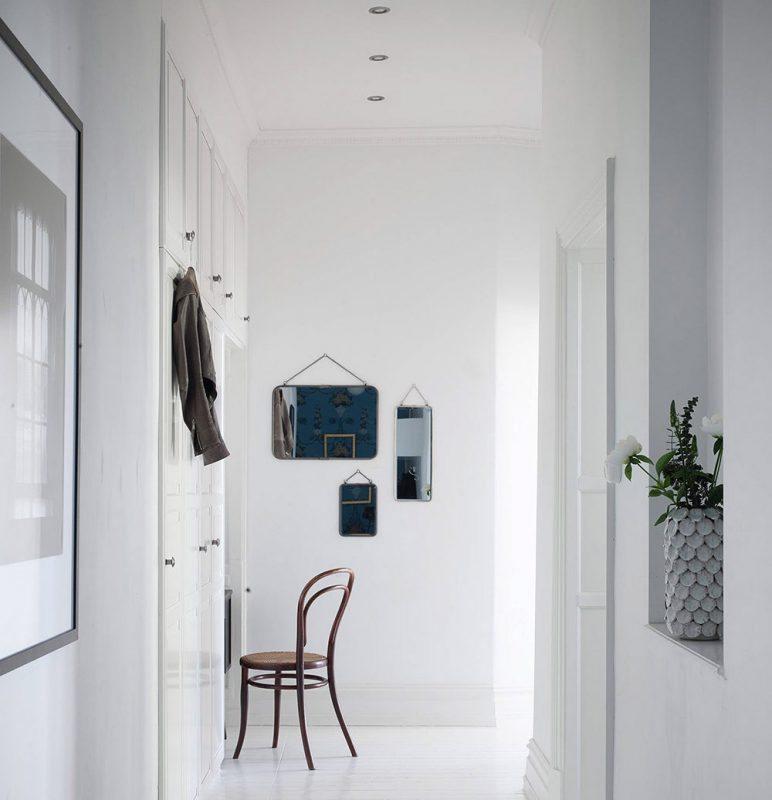 Tre speglar i olika storlekar i hallen, Stadshem – Husligheter