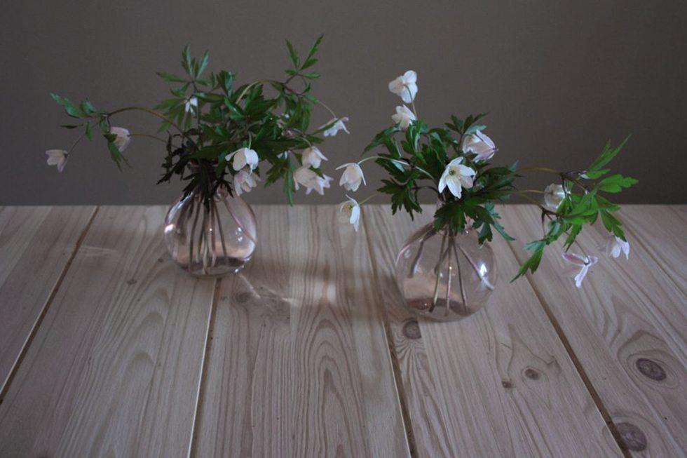 Vitsippor i små glasvaser – Husligheter