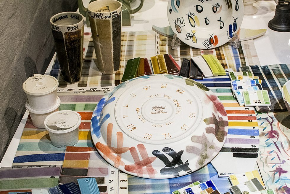 Glasyrprover och färgskalor som använts på porslinet på Rörstrand – Husligheter