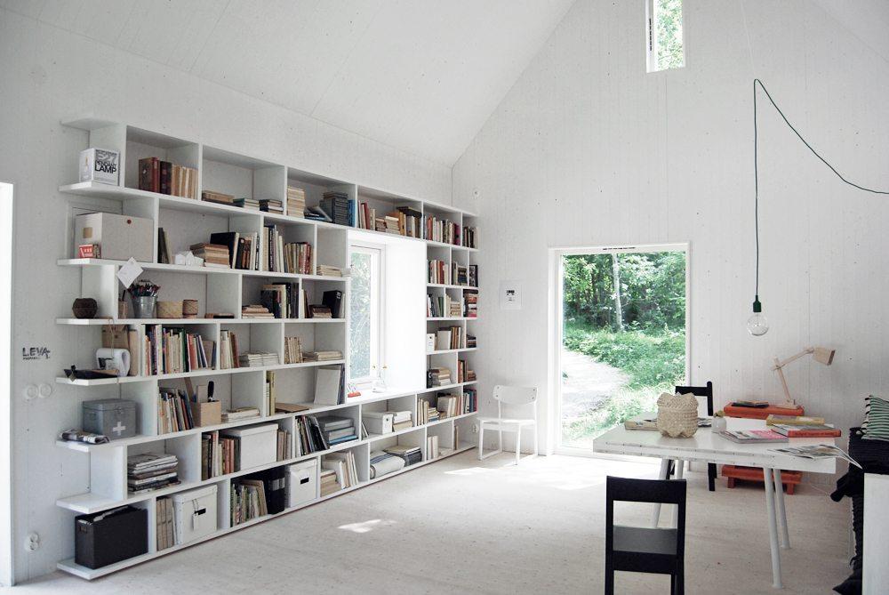 Platsbyggd bokhylla runt fönster – Leva husfabrik – Husligheter
