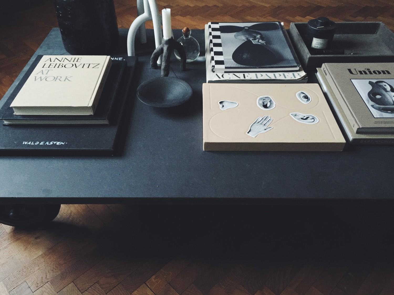 Soffbord av svart valchromat med industrihjul – Josefin Hååg – Husligheter
