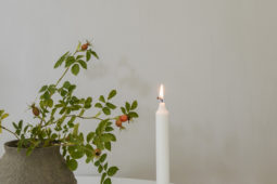 DIY ljusstake av porslinsfat med läderdetalj