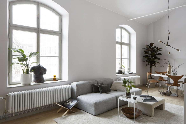 Ljus lägenhet med välvda fönster
