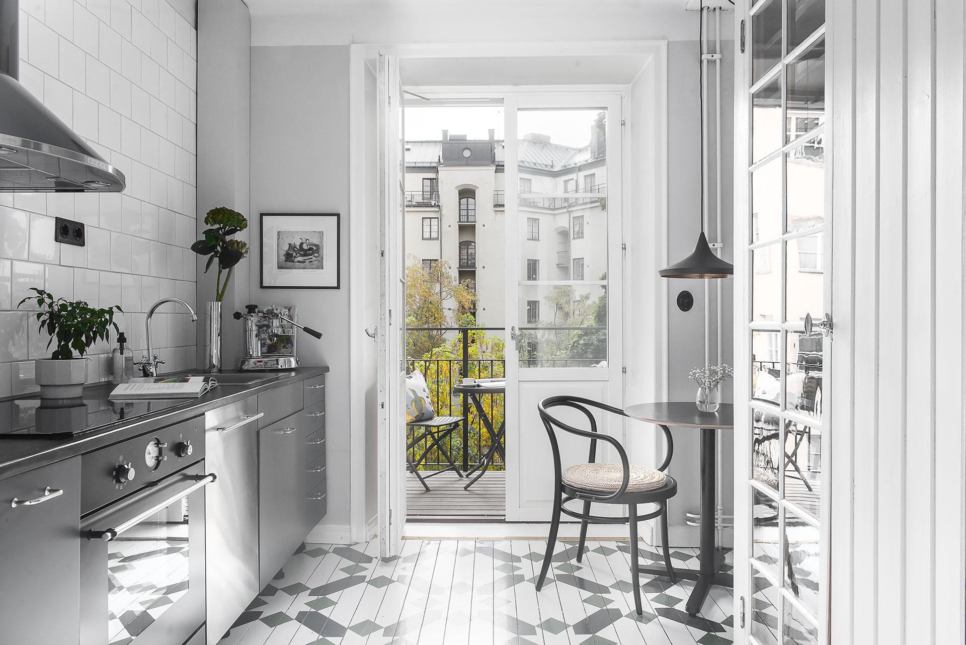 Måla mönster på köksgolvet