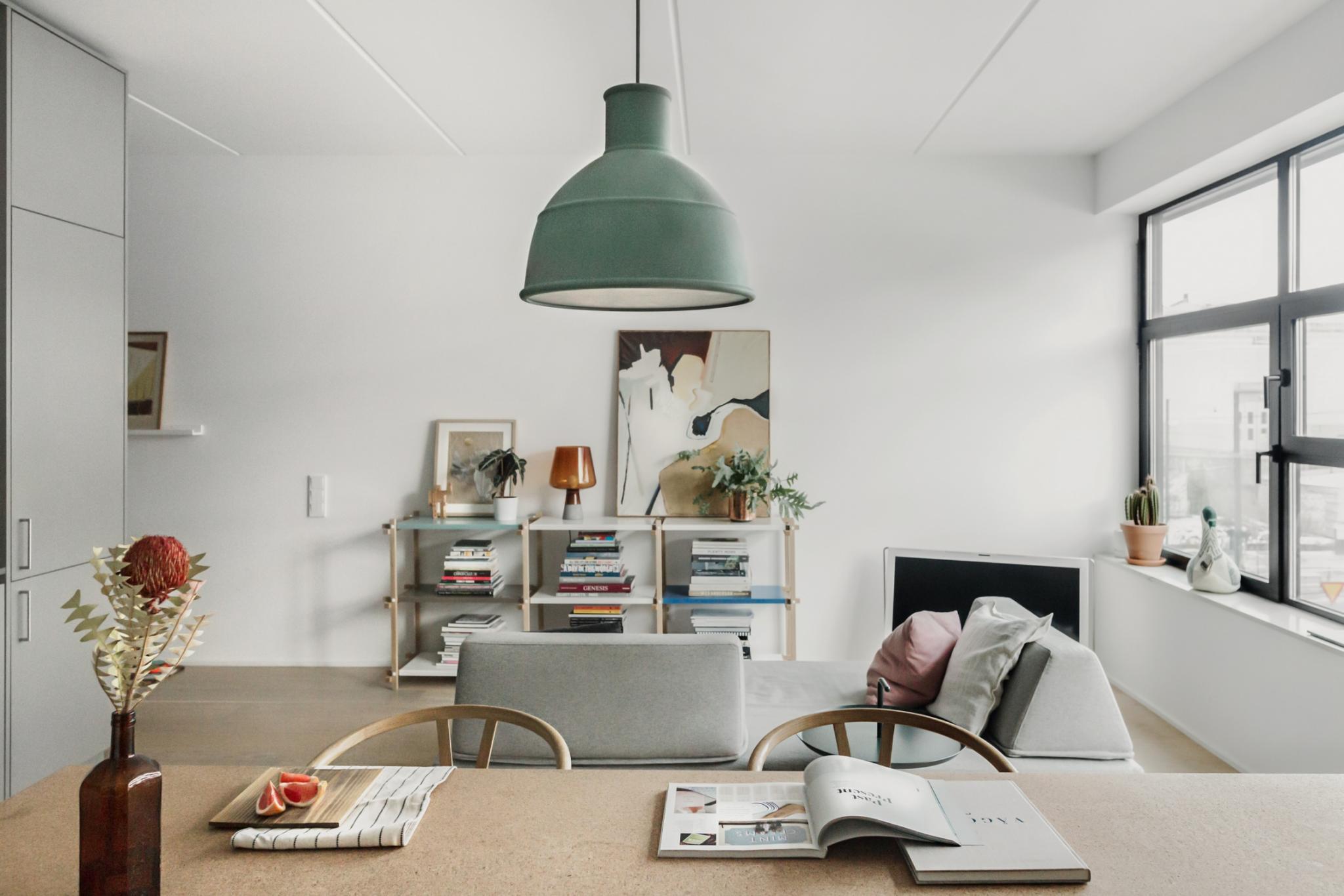 Det är precis det som den här lägenheten gör så bra – det ljusgröna turkosa  poppar bara upp här och var aff71aef003b5