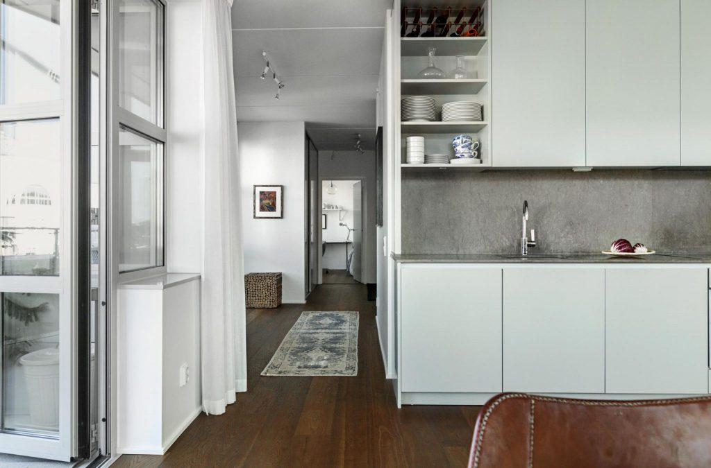 Kök med öppen och stängd förvaring