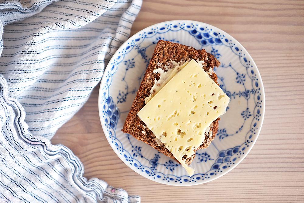 Yoghurt- och lingonbröd med linfrön