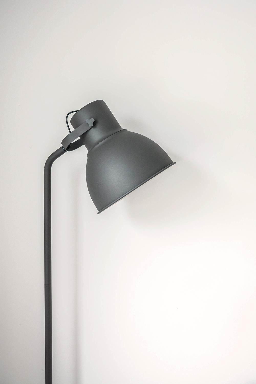 Lampor har blivit inredningsvärldens motsvarighet till väskor. Fast design betyder låga priser.